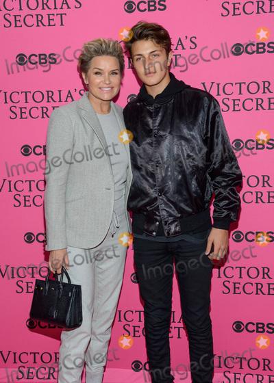 Victorias Secret Photo - November 11  2015 - New York NY - Yolanda Foster Anwar Hadid 2015 Victorias Secret Fashion Show Pink Carpet Photo Credit Mario SantoroAdMedia