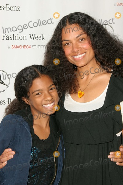 Amel Larrieux Photo - Amel Larrieux and daughter Skyarriving at Mercedes-Benz Fall 2006 LA Fashion Week Day 2 Smashbox Culver City CA 03-20-06