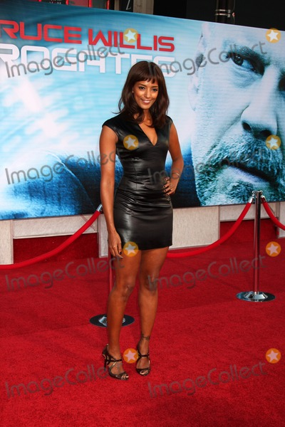 ELLA THOMAS Photo - Ella Thomasarriving at the Surrogates PremiereEl Capitan TheaterLos Angeles CASeptember 24 2009