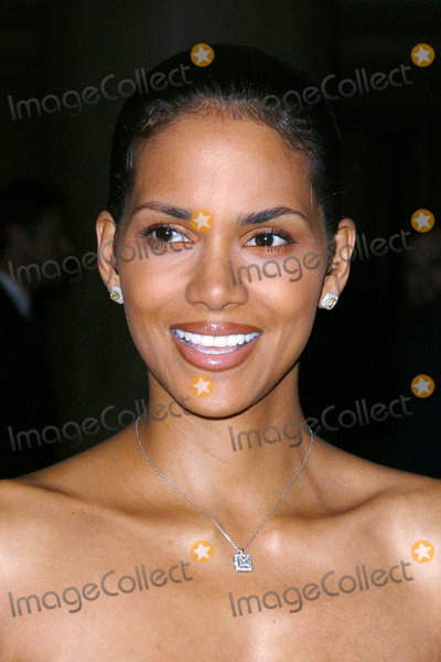 Halle Berry Photo - Photo by Lee RothSTAR MAX Inc - copyright 2002102602Halle Berry at the Make a Wish Foundation(Century City CA)