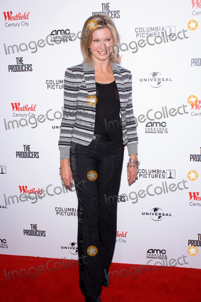 Olivia Newton-John Photo - Singer OLIVIA NEWTON-JOHN at the world premiere in Los Angeles of The ProducersDecember 12 2005 Los Angeles CA 2005 Paul Smith  Featureflash