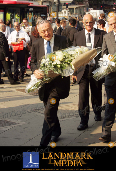 Ken Livingstone Photo - London Ken Livingstone taking flowers to Kings Cross station for the 2 minute silence held all over the world to remember the vitims of the terrorist bomb attack on London on the 7th July14 July 2005Fernando GarciaLandmark Media