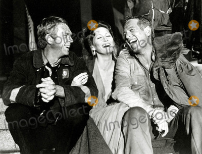 Steve Mcqueen Photo - Steve Mcqueen Faye Dunaway Paul Newman on the Set of Towering Inferno Photo Globe ArchiveGlobe Photosinc