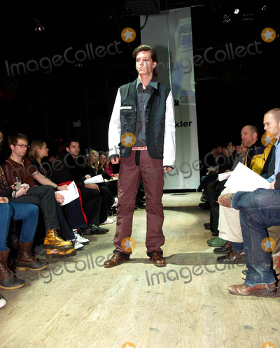 Andrew Buckler Photo - Olympus Fashion Week Andrew Buckler Fall 2004 Collection at Bryant Park New York City 262004 Photo by Ken RummentsGlobe Photosinc Andrew Buckler_models