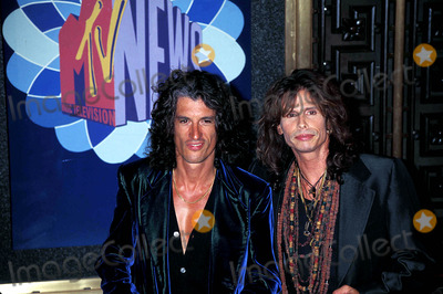 Aerosmith Photo - Sd0904 96 Mtv Video Music Awards Joe Perry and Steven Tyler (From Aerosmith) Photo Walter Weissman  Globe Photos Inc