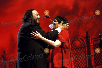 Liza Minnelli Photo - Liza Minnelli and Luciano Pavarotti in Concert Modena Italy Photo Massimo-unitalpress- Ipol - Globe Photos Inc 1996 Lucianopavarottiretro