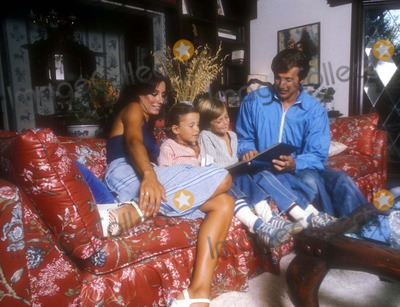 Lyle Waggoner Photo - Lyle Waggoner with Wife Sharon Sons Jason and Beau 1976 Photo by Globe Photos