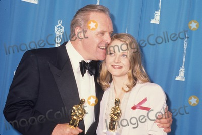 Anthony Hopkins Photo - Anthony Hopkins with Jodie Foster at Academy Awards Oscars 1992 L3033 Photo by Alan Derek-Globe Photos Inc