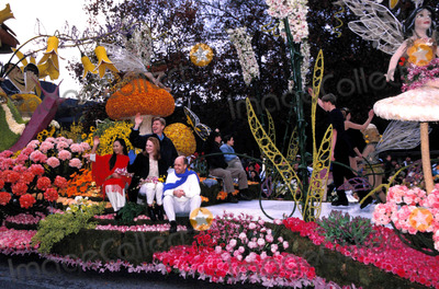 Scott Hamilton Photo - 111th Rose Parade Pasadena CA Olympic Skaters Scott Hamilton Katia Gordeva Lu Chen (Jenni Meno) Todd Sand Ilia Kulik 01-01-2000 Photo by Nina Prommer-Globe Photos Scotthamiltonretro