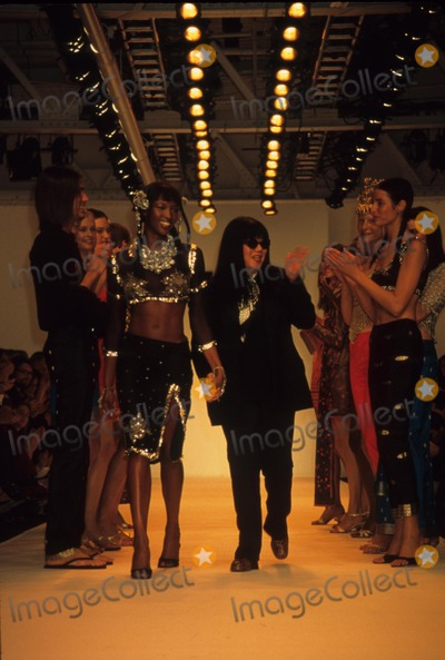 Anna Sui Photo - Anna Sui with Naomi Campbell at Anna Sui Spring 1998 Fashion Show 1997 K10391rh Photo by Rose Hartman-Globe Photos Inc