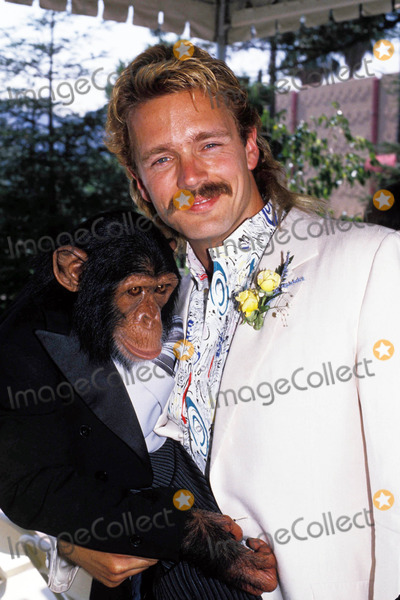 John Schneider Photo - John Schneider and Bubbles 09-1988 Photo by Michelson-Globe Photos