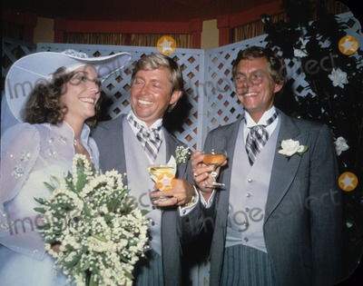 Karen Carpenter Photo - Karen Carpenter with Richard Carpenter and Thomas Barris R7187 Supplied by Globe Photos Inc