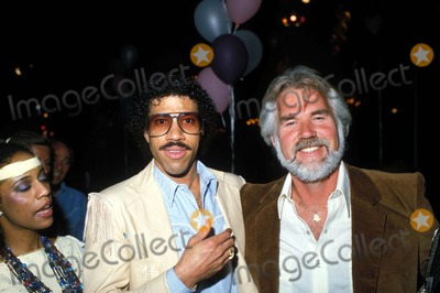 Kenny Rogers Photo - Kenny Rogers and Lionel Richie E9232 1982 Photo by Globe Photos Inc