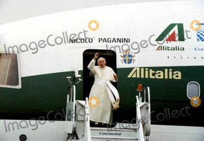 John Paul Photo - Pope John Paul Ii Arriving at Newark Airport 1995 1990s K2729bco Bruce CotlerGlobe Photos Inc