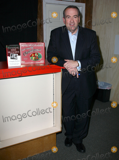 Mike Huckabee Photo - 04 December 2010 - Ridgewodd New Jersey - Mike Huckabee  Mike Huckabee signs copies of his new book Cant Wait For Christmas Photo Paul ZimmermanAdMedia