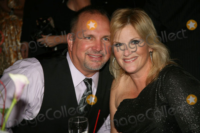 John Bettis Photo - 16 October 201 - Nashville TN - Garth Brooks and Trisha Yearwood The Nashville Songwriters Hall of Fame Foundation (NaSHOF) inductudtion into the Nashville Songwriters Hall of Fame hit writers John Bettis Thom Schuyler and Allen Shamblin and in the SongwriterArtist category Country superstars Garth Brooks and Alan Jackson Photo Credit Bev MoserAdMedia