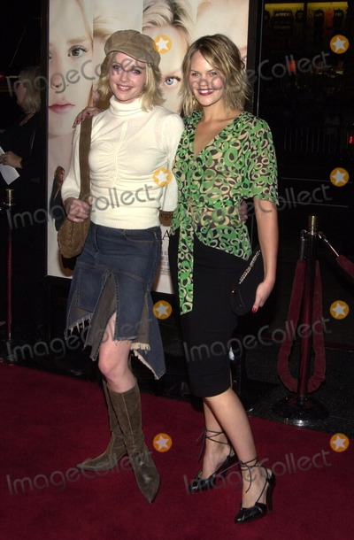 Marley Shelton Photo - Marley Shelton and Samantha Shelton at the premiere of Warner Bros White Oleander at the Chinese Theater Hollywood CA 10-08-02