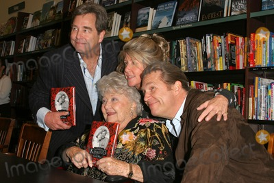 Lucinda Bridges Photo - Dorothy Bridges with her children Beau Bridges Lucinda Bridges and Jeff Bridges