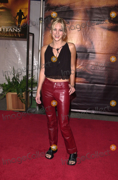 Anna Faris Photo -  Anna Faris at the premiere of Disneys Remember the Titans at the Rose Bowl Pasadena 09-23-00