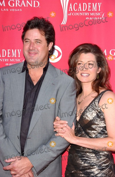 Amy Grant Photo - Vince Gill and Amy Grantat the 41st Annual Academy Of Country Music Awards MGM Grand Las Vegas NV 05-23-06