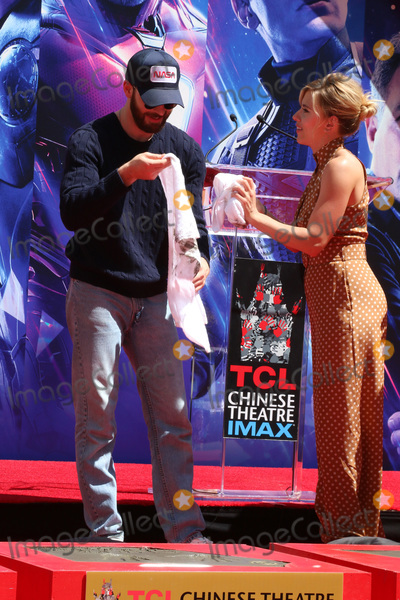 CAST MEMBER Photo - LOS ANGELES - APR 23  Chris Evans Scarlett Johansson at the Avengers Cast Members Handprint Ceremony at the TCL Chinese Theater on April 23 2019 in Los Angeles CA