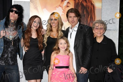 Cyrus Family Photo - Tish  Billy Ray Cyrus  Family except Mileyarrives at  The Last Song World PremiereArcLight TheatersLos Angeles CAMarch 25 2010