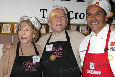 Anne Douglas Photo - Krik  Anne Douglas with LA Mayor Antonio Villaraigosa at the LA Mission Thanksgivng Feeding of the Homeless in    Los Angeles CANovember 26 2008