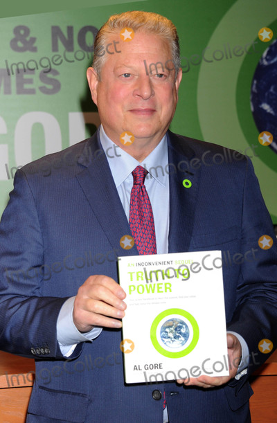 Al Gore Photo - Photo by Dennis Van TinestarmaxinccomSTAR MAX2017ALL RIGHTS RESERVEDTelephoneFax (212) 995-11968217Al Gore signs copies of An Inconvenient Sequel Truth To Power at Barnes  Noble in New York City