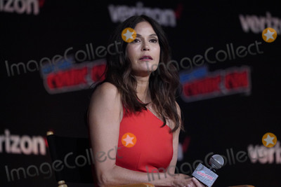 Teri Hatcher Photo - Photo by John NacionstarmaxinccomSTAR MAX2018ALL RIGHTS RESERVEDTelephoneFax (212) 995-119610518Teri Hatcher at a promotional event for Lois and Clark at the 2018 New York Comic Con at the Javitz Center in New York City