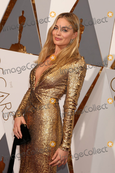 Margot Robbie Photo - Photo by REWestcomstarmaxinccomSTAR MAXCopyright 2016ALL RIGHTS RESERVEDTelephoneFax (212) 995-119622816Margot Robbie at the 88th Annual Academy Awards (Oscars)(Hollywood CA USA)
