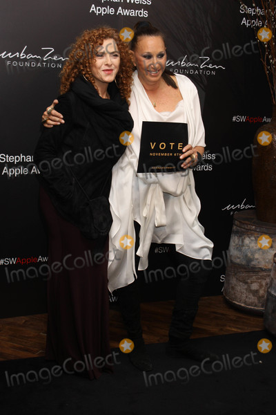 Bernadette Peters Photo - Photo by Victor MalafrontestarmaxinccomSTAR MAX2018ALL RIGHTS RESERVEDTelephoneFax (212) 995-1196102418Bernadette Peters and Donna Karan at the Stephen Weiss Apple Awards in New York City