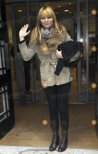 The Duke Spirit Photo - Singer for the band Duke Spirit Liela Moss waves to cameras outside BBC Radio 2 London UK 2211