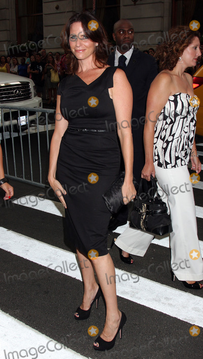 Amy Landecker Photo - Actress Amy Landecker arriving at the premiere of My One And Only at the Paris Theatre on August 18 2009 in New York City