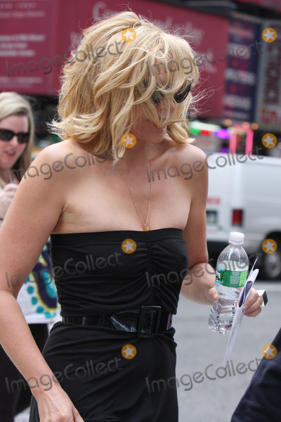 KIM CATRALL Photo - Actress Kim Catrall makes her first appearance on the set of the new Sex and the City 2 movie on Septemer 3 2009 in New York City