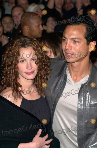 Albert Finney Photo - 14MAR2000  Actress JULIA ROBERTS  actor boyfriend BENJAMIN BRATT at the world premiere in Los Angeles of her new movie Erin Brockovich in which she stars with Albert Finney Paul Smith  Featureflash
