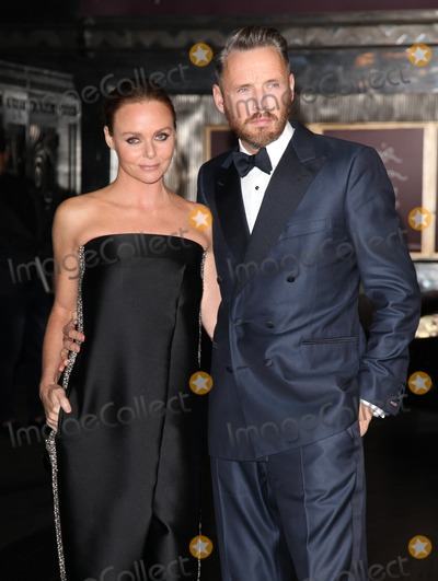 Alasdhair Willis Photo - Stella McCartney and Alasdhair Willis arriving for the British Fashion Awards 2012 at the Savoy Hotel London 27112012 Picture by Alexandra Glen  Featureflash