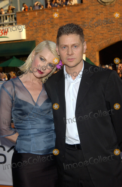 Andrew Niccol Photo - Writerdirector ANDREW NICCOL  wife GRACE at the Los Angeles premiere of his new movie Simone13AUG2002   Paul Smith  Featureflash
