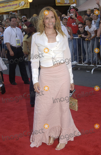 Lea Thompson Photo - Actress LEA THOMPSON at the world premiere of Pirates of the Caribbean The Curse of the Black Pearl at Disneyland CaliforniaJune 28 2003 Paul Smith  Featureflash