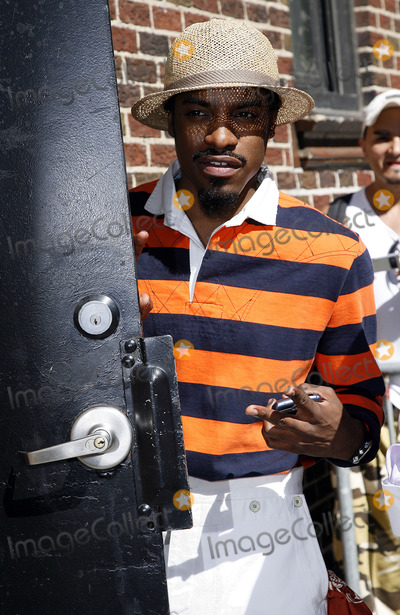 OutKast Photo - Andre Benjamin of the rap duo Outkast stops by The Late Show With David Letterman on August 21 2006 in New York City