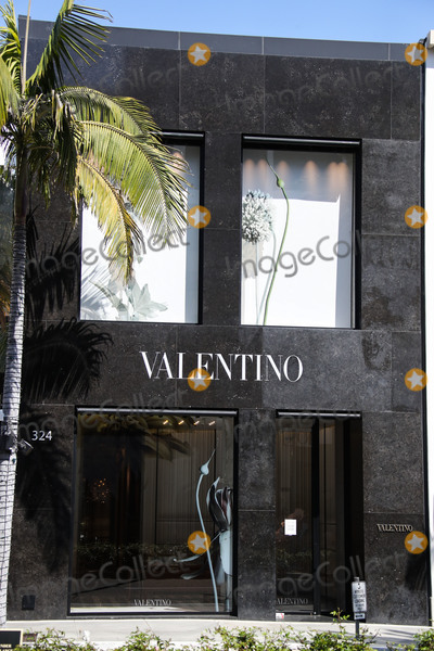 Valentino Photo - BEVERLY HILLS LOS ANGELES CALIFORNIA USA - MARCH 21 VALENTINO Beverly Hills Rodeo Drive store temporarily closed due to the coronavirus two days after the Safer at Home order issued by both Los Angeles Mayor Eric Garcetti at the county level and California Governor Gavin Newsom at the state level on Thursday March 19 2020 which will stay in effect until at least April 19 2020 amid the Coronavirus COVID-19 pandemic March 21 2020 in Beverly Hills Los Angeles California United States (Photo by Xavier CollinImage Press Agency)