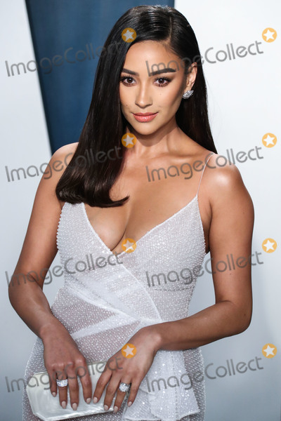 Shay Mitchel Photo - BEVERLY HILLS LOS ANGELES CALIFORNIA USA - FEBRUARY 09 Shay Mitchell arrives at the 2020 Vanity Fair Oscar Party held at the Wallis Annenberg Center for the Performing Arts on February 9 2020 in Beverly Hills Los Angeles California United States (Photo by Xavier CollinImage Press Agency)