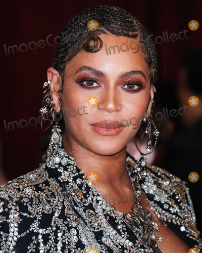 Beyonce Knowles Photo - HOLLYWOOD LOS ANGELES CALIFORNIA USA - JULY 09 Singer Beyonce Knowles Carter wearing an outfit by Alexander McQueen and Lorraine Schwartz jewelry arrives at the World Premiere Of Disneys The Lion King held at the Dolby Theatre on July 9 2019 in Hollywood Los Angeles California United States (Photo by Xavier CollinImage Press Agency)