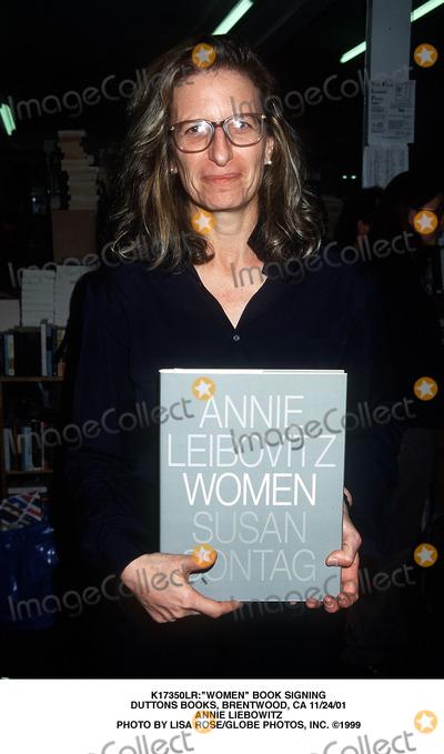 Annie Leibovitz Photo - women Book Signing Duttons Books Brentwood CA 112401 Annie Liebowitz Photo by Lisa RoseGlobe Photos Inc