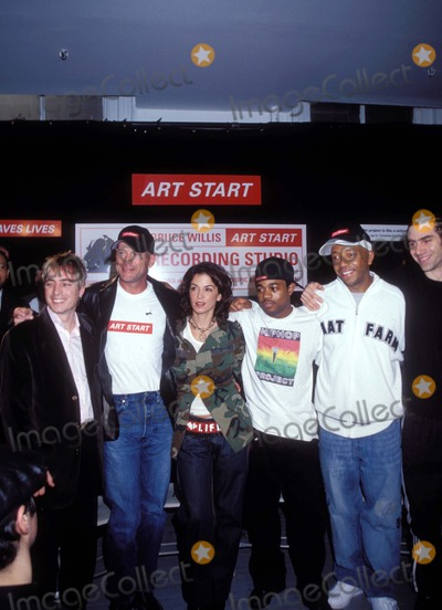 Annabella Sciorra Photo - 111402              NEW YORKRUSSELL SIMMONS AND BRUCE WILLIS PRESENT RECORDING STUDIO TO NYC-BASED YOUTH OUTREACH GROUP ART STARTPHOTO BY KEN BABOLCSAYIPOL INCGLOBE PHOTOS INCI7188KBA2002ART START MEMBERS WITH BRUCE WILLIS ANNABELLA SCIORRA AND RUSSELL SIMMONS