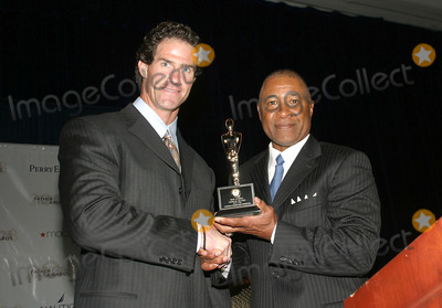 Ozzie Smith Photo - Former Yankee Paul Oneill Receives a Father of the Year Award From the National Fathers Day Committee Today at the Marriott Hotel the Award Was Presented to Him by Former Cardinal Great Ozzie Smith