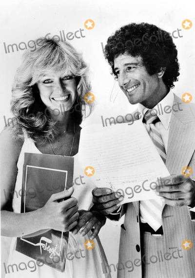 Farrah Fawcett-Majors Photo - Farrah Fawcett-majors and Richard Barrie President of Faberge Talk Over Her New Contract with Faberge 1978 SmpGlobe Photos Inc