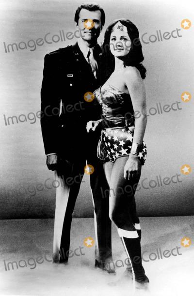 Lyle Waggoner Photo - Lyle Waggoner and Lynda Carter Are All Smiles on Tvs Wonder Woman Photo ByGlobe Photos Inc