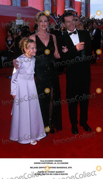 Melanie Griffith Photo - Academy Awards Shrine Auditorium LA CA 3262000 Melanie Griffith Antonio Banderas Dtr Photo by Fitzroy Barrett Globe Photos Inc2000
