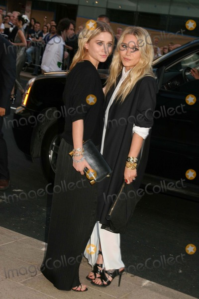 Ashley Marie Photo - 2010 Cfda Awards-red Carpet Arrivals Alice Tully Hall Lincoln Center NYC 06-07-2010 Photo by Paul Schmulbach-Globe Photos Inc Ashley Olsen and Mary Kate Olsen