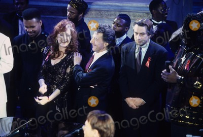 Aretha Franklin Photo - Dustin Hoffman with Bonnie Raitt and Robert Deniro Tribute to Aretha Franklin 1993 L5423st Photo by Stephen Trupp-Globe Photos Inc